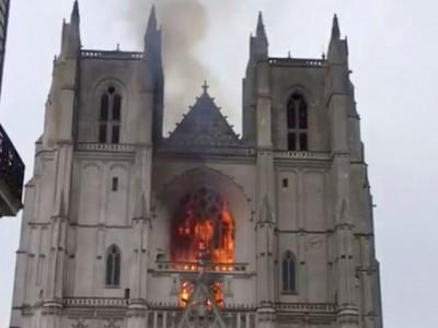 آتش سوزی در کلیسای ۵۰۰ ساله شهر «نانت» فرانسه | عکس