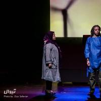نمایش زنانی که به بزها خیره شده اند | عکس