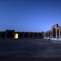 نمای شبانه کاروانسرای ساسانی دیرگچین | عکس