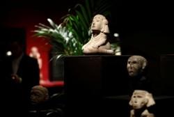 کشمکش بر سر فروش آثار باستانی در یک حراجی | عکس