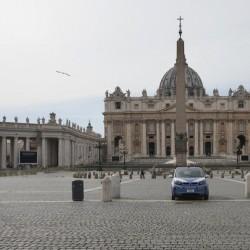 ایتالیا خالی از توریست | یک ماشین پلیس در میدان خالی سنت پیتر