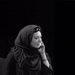 نمایش زنانی که به بزها خیره شده اند   عکس