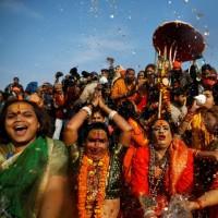 مراسم شستشوی هندوها در رودخانه گنگ | عکس