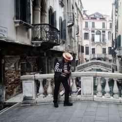 ایتالیا خالی از توریست | یک قایقران گاندولا( قایقهای ونیزی) بدون مشتری در ونیز