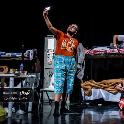 گزارش تصویری تیوال از نمایش سراشیبی در یک اتاق چهارنفره / عکاس:سارا ثقفی | عکس